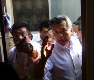 指をさしている人物が今回の弾圧を指揮した公安警察の枝廣恭治。東池袋の平和の破壊を企む悪人