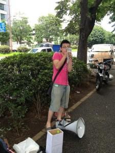 りべるたん代表の菅谷おじさん。27歳のため、学生の輪に入れず