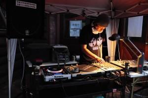 東池袋1のDJ modern-garde(音楽を流します)